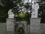 Родник в сквере камней
